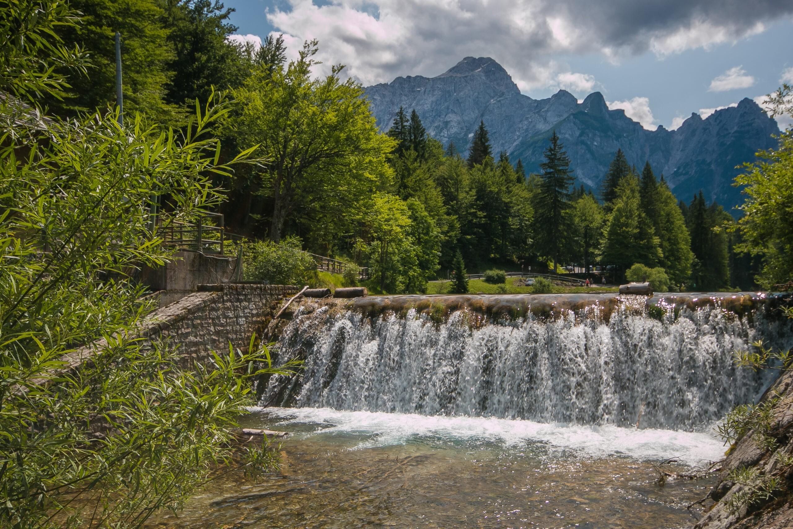 Wodospad w pobliżu jeziora Fusine w Friuli - Venezia-Giulia, Włochy