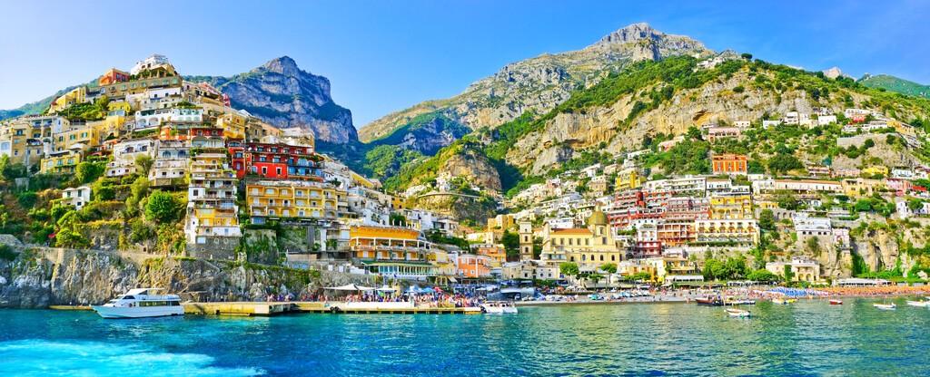 Widok na miejscowość Positano wzdłuż wybrzeża Amalfi we Włoszech w lecie.
