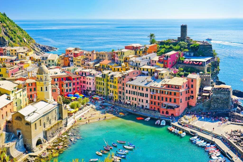 Widok na piękne wybrzeże miejscowości Vernazza latem w regionie Cinque Terre we Włoszech.