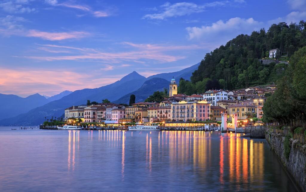 Zmierzch nad Bellagio, jezioro Como, Lombardia, Włochy.
